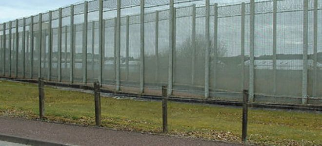 prison_fence_-_from_the_outside_-_geograph-org_-uk_-_150339-660x300